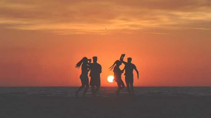 4-friends-enjoying-at-beach