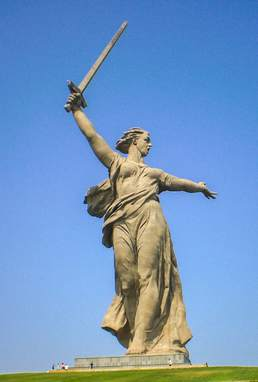 the-motherland-calls-statue,-russia